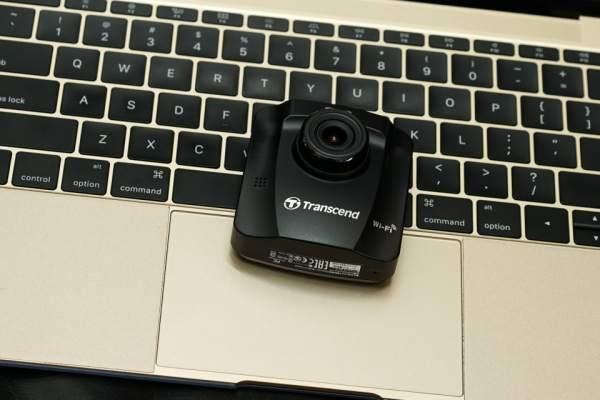 Camera hành trình chất lượng cao Transcend DP230 nhỏ gọn và chiếm ít không gian kính lái